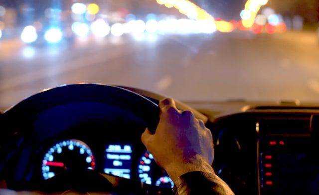 在夜間迎面駛來的車輛,若使用遠光燈,其前大燈會水平直射你的眼睛,使你難以看清前方路面。這個時候,你可以將視線投向路面,使用車道標記或路面標示來觀察路況。(示意圖)(123RF)