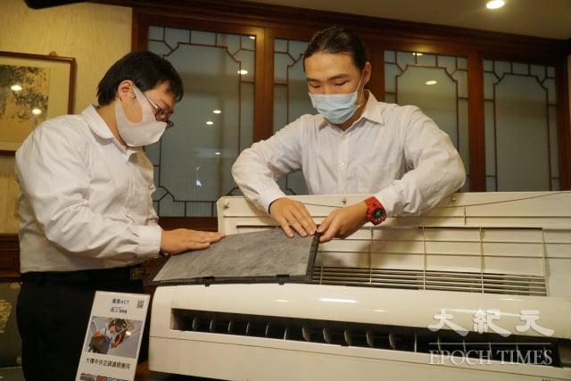 大葉大學學生示範安裝抑菌濾網 。