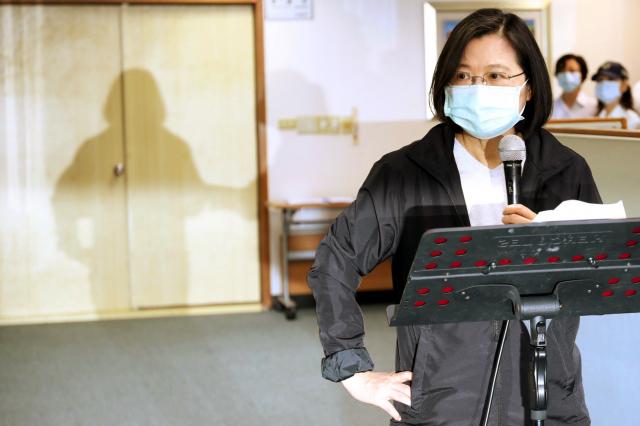 總統蔡英文27日在民進黨中央黨部出席中執會時表示,她與行政院長蘇貞昌討論達成共識,由行政院組一個專案,對香港的朋友提出一個人道救援的行動方案,並由陸委會負責規劃。(中央社)