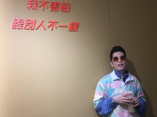 蕭敬騰突然現身自開的飲料店。(陳本瑛)