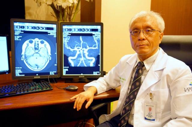 聯新國際醫院神經醫學中心陳啟仁執行院長建議,可以透過腦部影像檢查來及早發現與防範腦中風。(記者徐乃義/攝影)