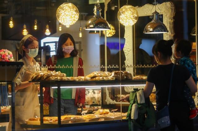 國發會表示,政府正籌備刺激國內消費、活絡商圈等振興措施,並加速推動投資臺灣方案、提升公共建設執行率,均有助於穩定經濟。(中央社)