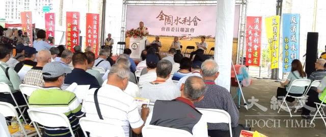 農田水利會改制公務機關在即,全國17個農田水利會籌組「反消滅水利會全國自救總會」,在桃園舉行成立大會。