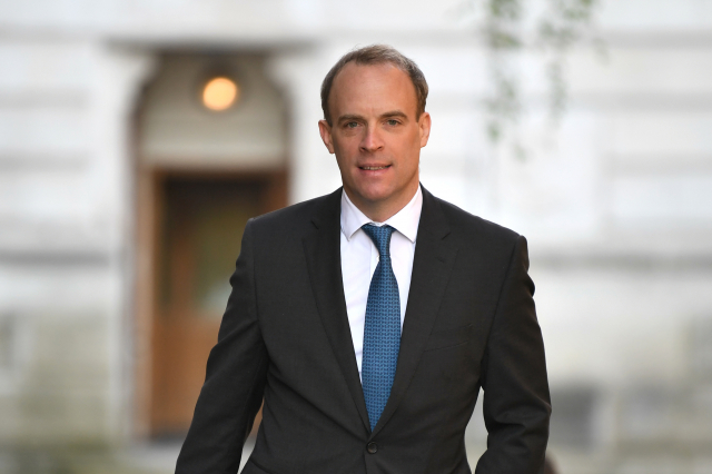 英國外交部長多米尼克・拉布表示,除非中國(中共)中止港版國安法,否則英國將授予持英國海外護照的港人(BNO)更大簽證權利。(Getty Images)