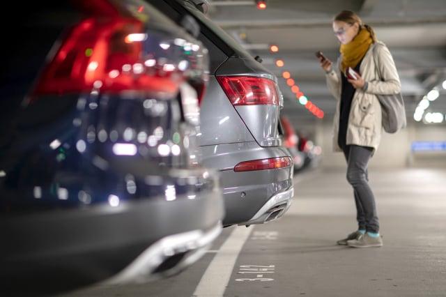 消費者報告建議,每週至少開車20分鐘或更長時間。(123RF)