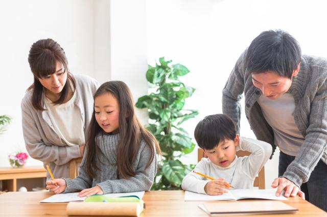親子相處,語言的關懷、溝通是孩子成長的必要養分。(Shutterstock)