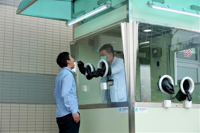 「正壓式檢疫亭」專利正壓設計讓空氣只能由內往外送,保護亭內採檢醫護人員安全。(工研院提供)