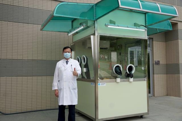 「正壓式檢疫亭」目前已進駐在臺大新竹生醫分院、新竹馬偕醫院,將替代原來的臨時檢疫所。(圖中:臺大新竹生醫園區分院院長余忠仁)