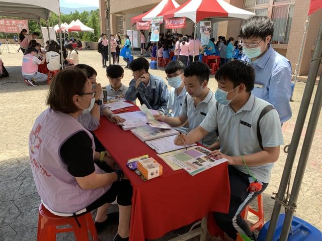 配合教育部促成五專生的「展翅計畫」,求職的準畢業生林承孝(右坐)同學說:感謝學校在防疫周延下,舉辦這場活動。