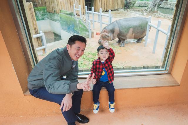 6月7日起防疫措施大鬆綁,全臺擴大解禁活動限制,新竹市立動物園為吸引遊客前來,同步推出8折優惠的團體票。(左:新竹市長林智堅)(竹市府提供)