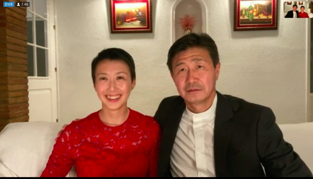 郝海東(右)和妻子(左)接受媒體採訪。