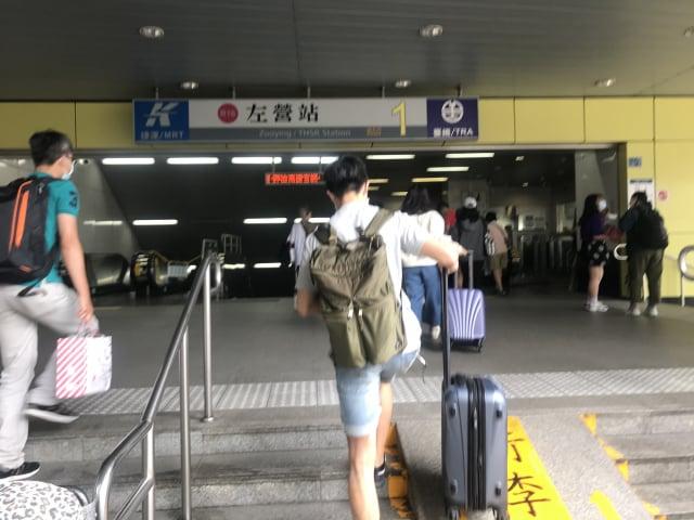 就在6月6日罷免投票前一日,5日中午高鐵左營站接往高雄捷運站口,很多返鄉青年人潮。