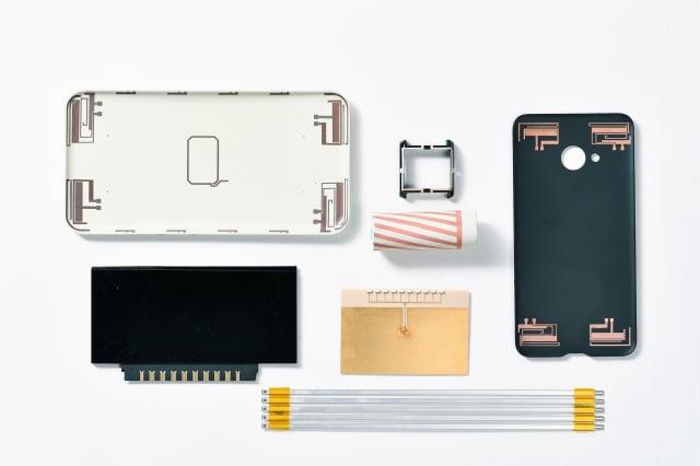 工研院發表全球首創的「積層式3D線路技術」,此技術可在玻璃和塑膠等多種材質的手機機殼、3D曲面、高頻傳輸線製作立體多層、細線寬的電路,以利打造更輕薄的3C產品。(工研院提供)