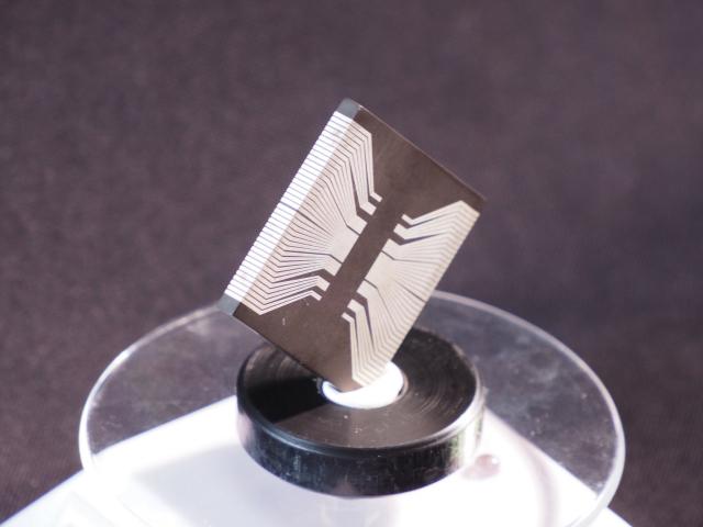 「積層式3D線路技術」能在3D曲面製作立體多層電路,解決電路布局面積不夠的問題。