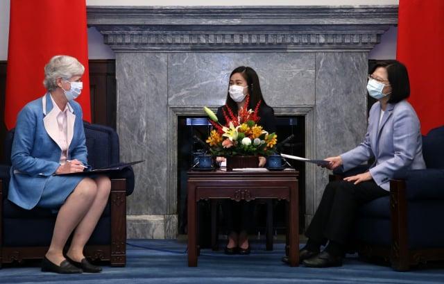總統蔡英文(右)在總統府接見英國在臺辦事處代表唐凱琳(Catherine Nettleton)(左)。(中央社)