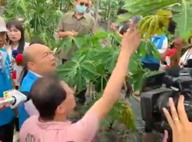 高雄市長韓國瑜在罷免投票日(6日)當天,前往美濃視察農產品災損情形。(韓國瑜臉書截圖)