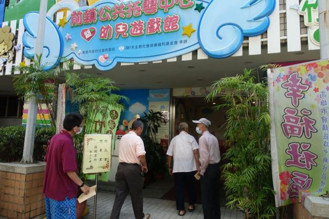 高雄清早風和日麗,前鎮區竹北、竹東里民眾,紛紛前往前鎮區竹西里活動中心投票。