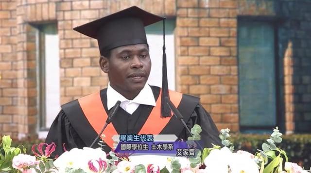 臺大畢業生、來自布吉納法索的艾家齊勇敢面對與克服困境,活出精采人生。(臺大YouTube頻道擷圖)