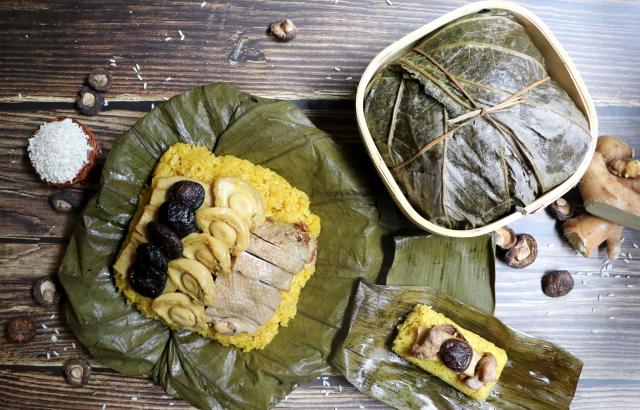 吃粽兼食補的薑黃麻油雞酒粽,重達1.1公斤。(業者提供)