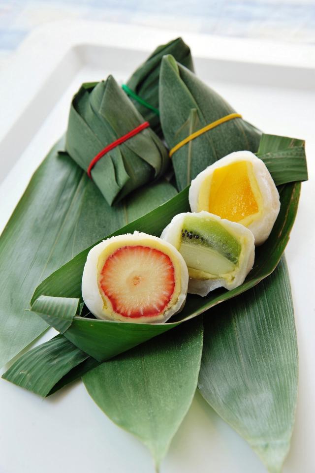 水果大福包裹粽葉,增加涼Q口感及香氣,無論是大顆草莓、當季多汁芒果或是酸甜奇異果,結合綿密的綠豆沙及軟Q外皮,清爽不甜膩。(業者提供)