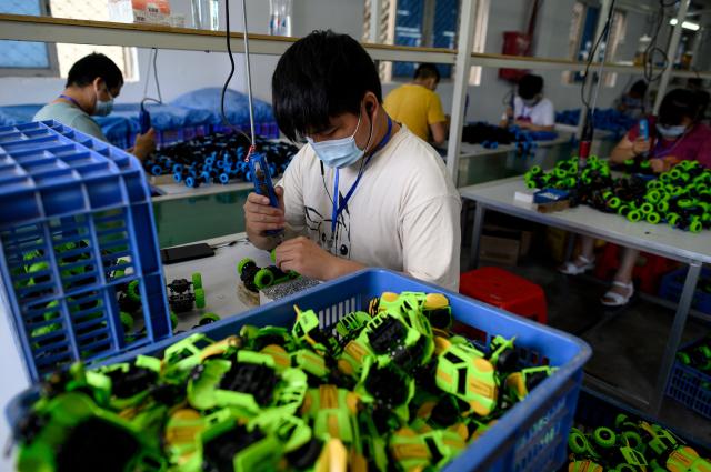 據北京最近公布的數據,中國失業率僅從1月分的5.3%微升至6%,經濟學家紛紛表示,實際情況絕對更糟糕。(NOEL CELIS/AFP via Getty Images)