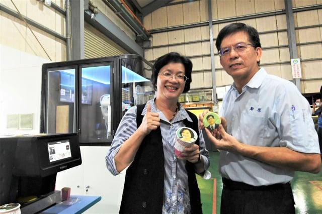 彰化縣長王惠美參訪勵德公司機器可印製人像。(彰化縣政府提供)