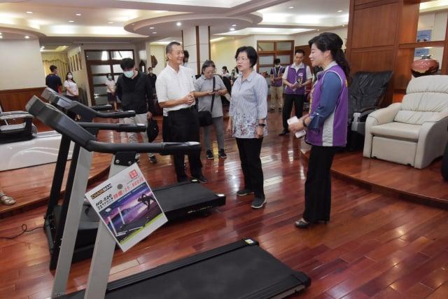 彰化縣長王惠美參訪台生公司。