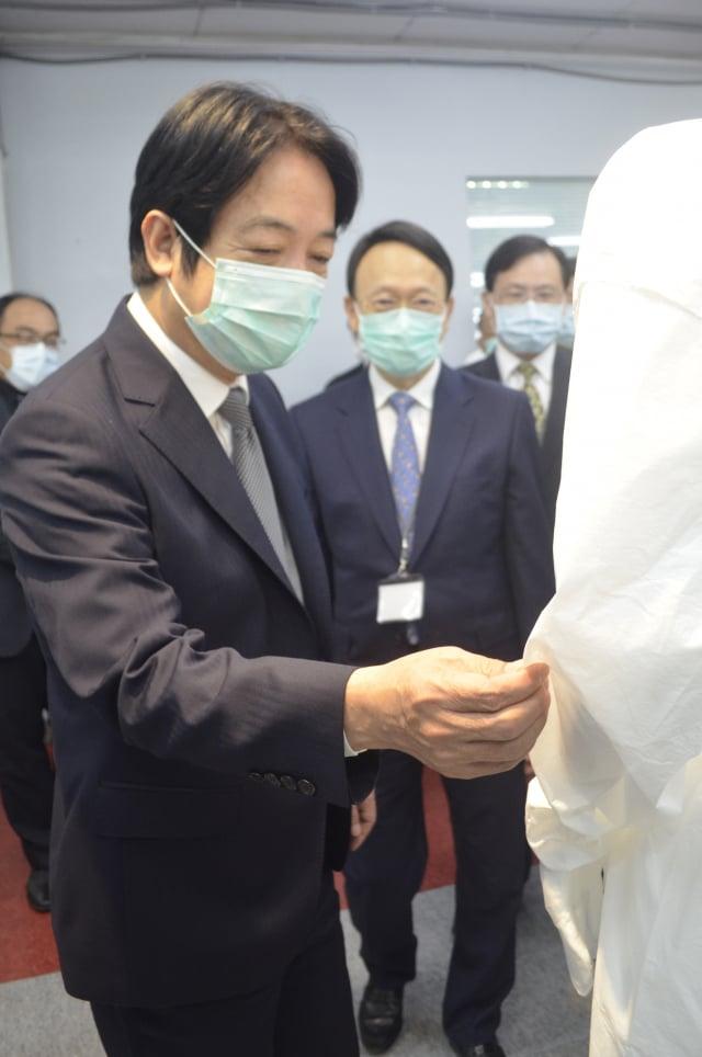 副總統賴清德(前左)參訪生產防護衣的國家隊成員聚陽實業公司。(中央社)