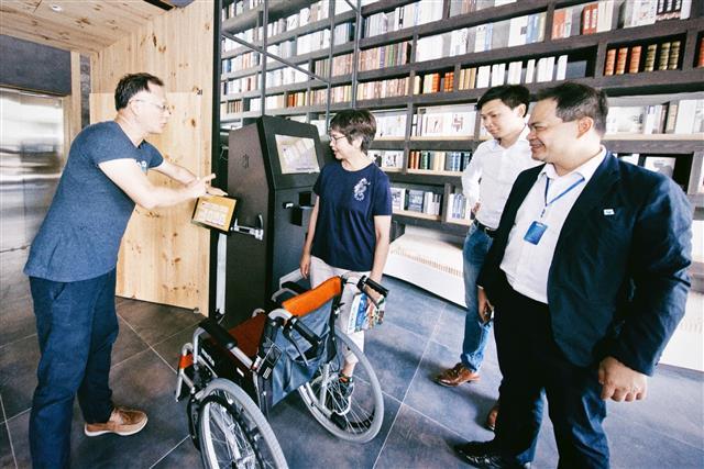 康茵行旅在一樓採用無櫃檯的智能設備報到模式,也同時考量身障者需求設置控制面板。(合勤健康共生宅提供)