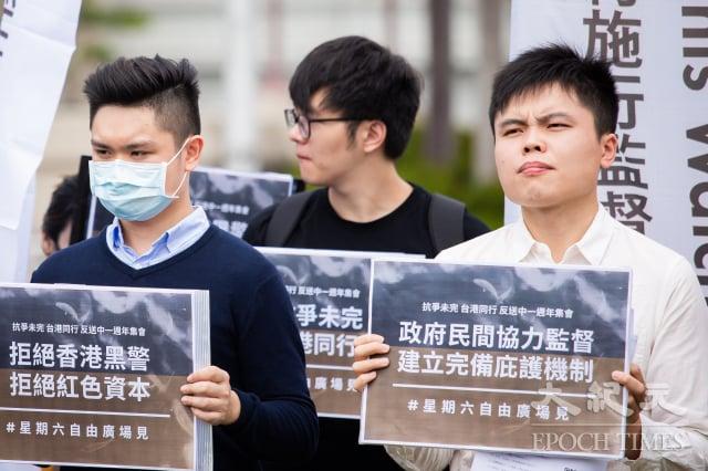 台灣公民陣線發言人江旻諺(右)9日呼籲,政府應對可能面臨的移民潮做好準備,並將「黑警、中資」排除在外。(記者陳柏州/攝影)