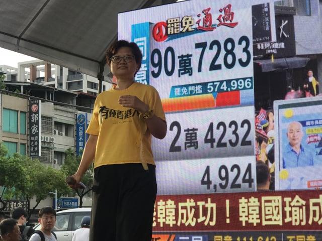 香港移民台灣的台南「蝸篆居」老闆鍾慧沁表示,罷韓成功,大家開心一晚就好,因為中共已經滲透臺灣各界,未來仍會推出「變換形象」的在台代理人,臺灣人不能掉以輕心。(記者李怡欣/攝影)