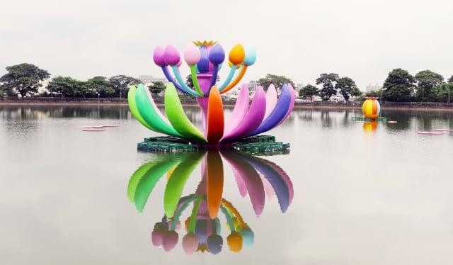 結合桃園特色埤塘,作品的色彩與水中倒影呼應,營造活力意象,也象徵多元的族群融合。
