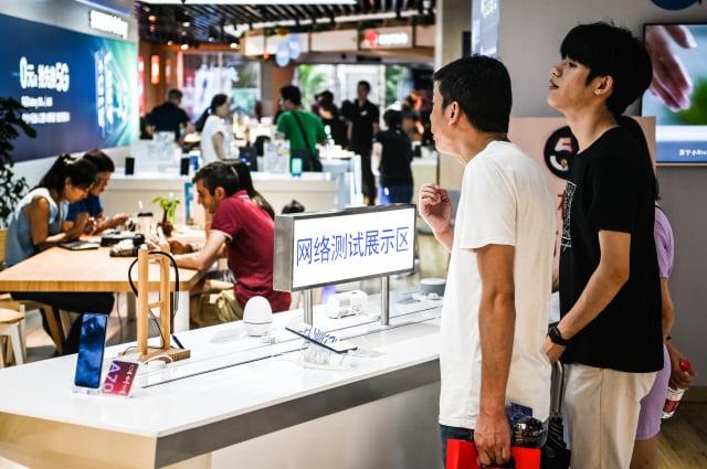 中共在疫情期間極力推行5G,但近日很多消費者投訴「被開通」、「被升級」。圖為上海一家5G手機體驗店。(大紀元資料室)