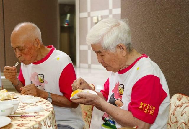 大齡食堂的主廚與服務員開心享用餐點。