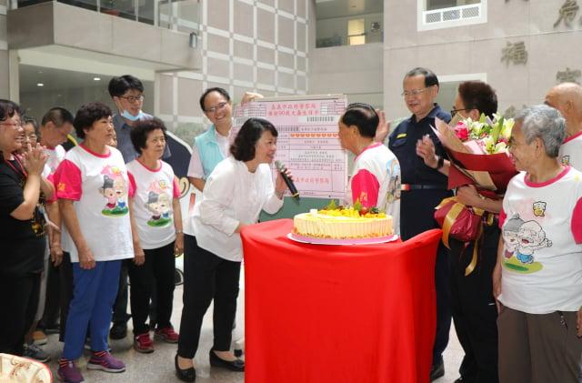 市長黃敏惠(中左)與將滿90大壽的大齡服務員楊紹興先生(中右)互動。