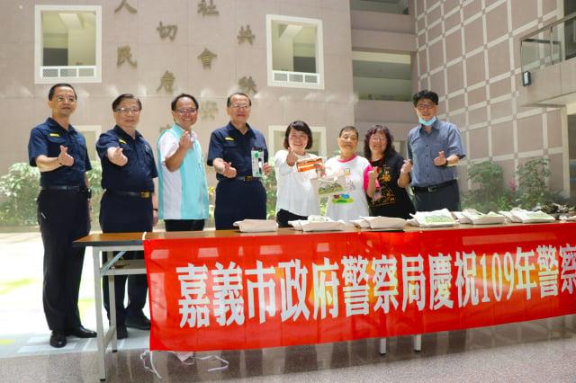 警察局準備安心包,內有反光手環跟隨身包,回贈給辛苦包粽的12位大齡長者。