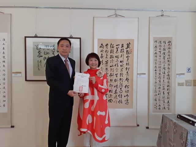 施雪紅參加書法展,金駝獎藝術基金會董事長田又元(左)頒贈感謝狀