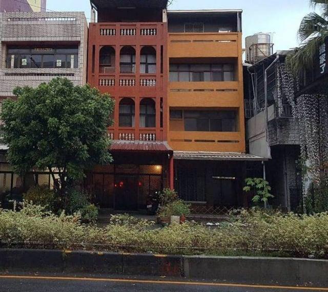 中間紅磚色的樓房是施雪紅就讀國中時為娘家所設計。(施雪紅提供)