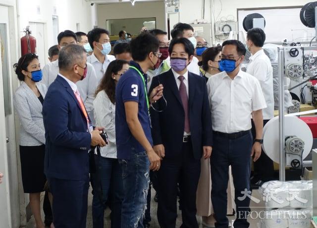 副總統賴清德(右二)拜訪口罩國家隊大廠「淨新」,實地參訪生產線。(記者方金媛/攝影)