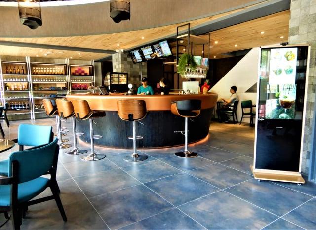 一樓的曼陀羅咖啡廳開張了,一杯杯熱騰騰的手作咖啡香味四溢,店家開幕期間推出特惠價。