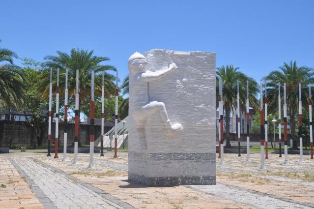 插畫家Duncan與花蓮的石雕藝術家群,為2年前發生0206花蓮大地震的傷痛,利用被震壞碎片石材,歷經2年創作出巨型的裝置藝術品「拼回來」。(記者詹亦菱/攝影)