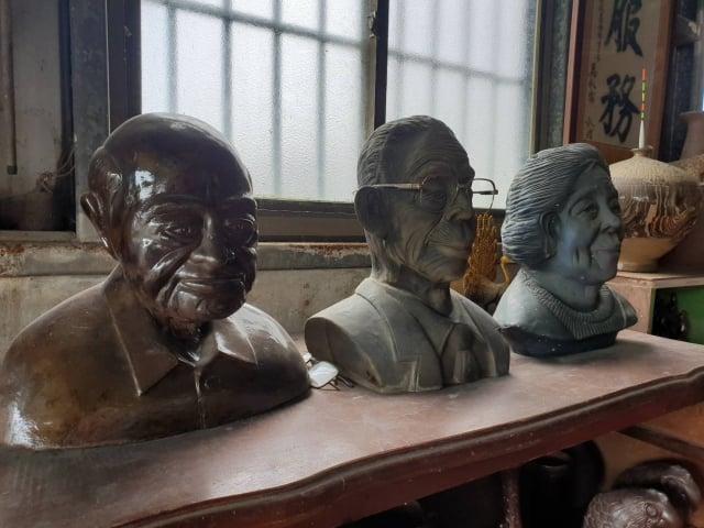 神父及林良謙父母的塑像(左至右)