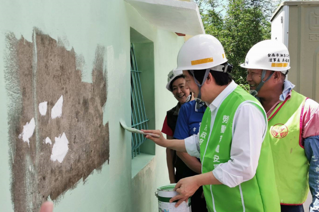 臺南市政府結合多個職業公會及社會善心資源為弱勢民眾修繕房屋,副總統賴清德(前)14日訪視位於龍崎區的個案,並協助油漆粉刷工作。(中央社)