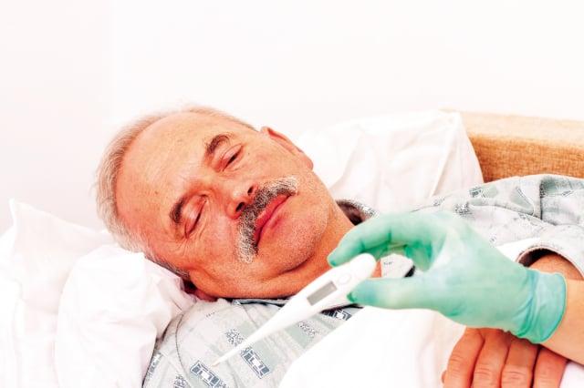 高燒不退容易讓老人的心臟出問題,甚至導致心衰竭,或是繼發其他病症如肺炎,而原本罹患的慢性疾病也可能因此惡化。(Fotolia)