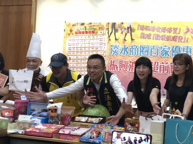 立委洪孟楷(右3)與淡水老街商圈代表15日宣布,從7月1日起到9月30日,淡水商圈超過100家名店推出優惠好康,拚經濟、拚觀光、拚消費、拚振興。(記者徐翠玲/攝影)