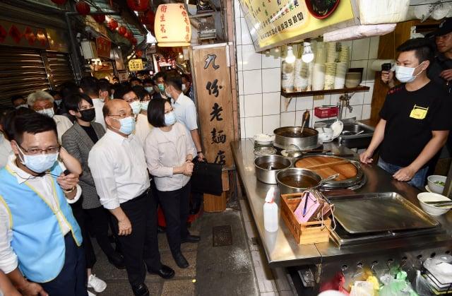 總統蔡英文(左3)與行政院長蘇貞昌(左2)前往新北市瑞芳區參訪九份老街,品嘗當地美食小吃。(總統府記者聯誼會提供)