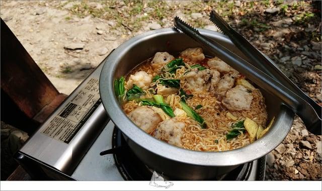 享受戶外炊煮的原始風味。(睡外面露營社提供)