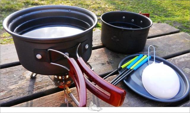 爐具、鍋具以及餐具。(睡外面露營社提供)
