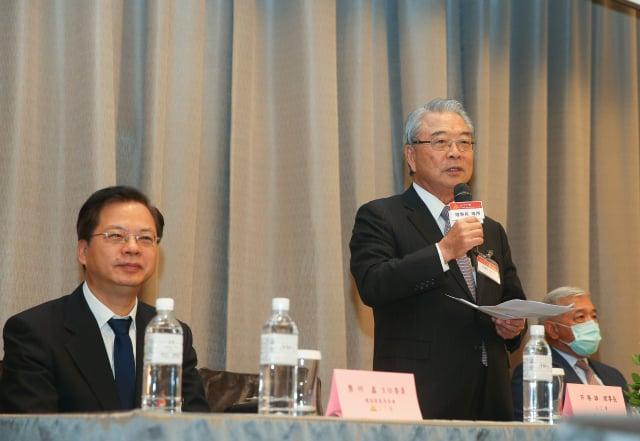 三三會理事長許勝雄(右)17日出席三三會109年度6月分例會。(中央社)