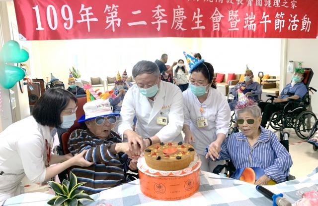 盧星華院長與壽星一起切蛋糕。
